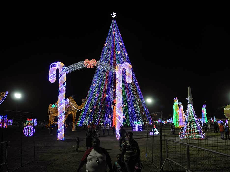 mara el nio jess ngeles y los reyes magos trineos y figuras donde los asistentes se toman fotografas entre los adornos navideos luminosos